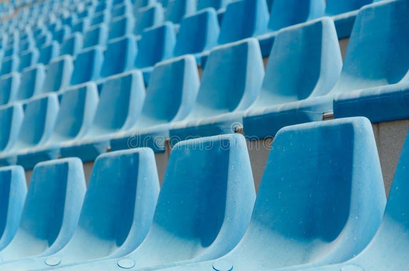 Fundo azul vazio dos assentos do estádio foto de stock royalty free