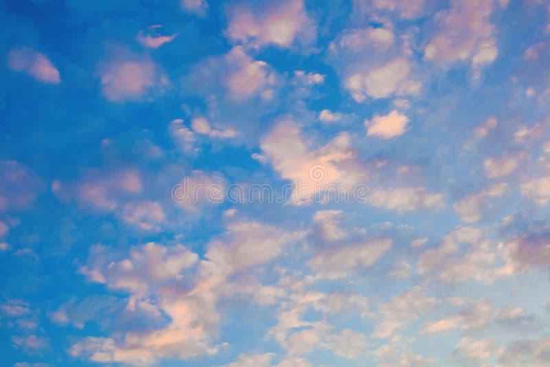 Fundo bonito de nuvens claras no céu na luz solar do alvorecer nuvens Branco-cor-de-rosa em um céu azul-azul fotografia de stock royalty free