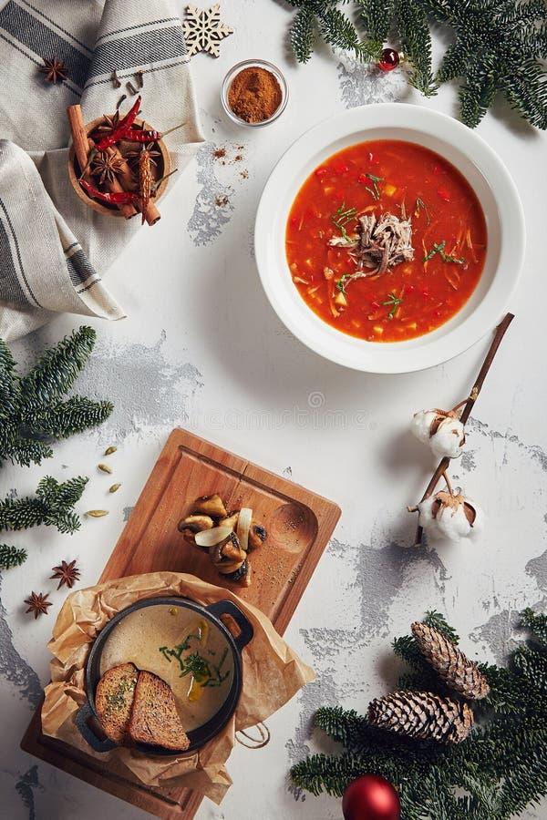 Fundo bonito do ano novo com parte superior das sopas do cogumelo e do tomate fotos de stock