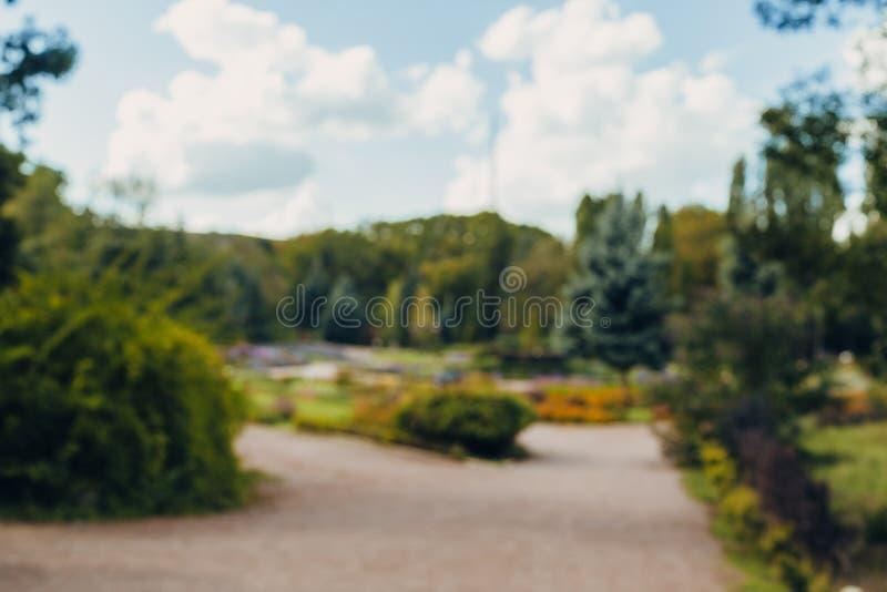 Fundo bonito do bokeh do parque da cidade da paisagem do borrão do sumário com luz solar no dia fotos de stock royalty free