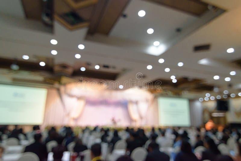 Fundo borrado abstrato da foto dos executivos na sala de conferências ou na sala de seminário Povos Defocused no conceito da sala imagens de stock royalty free