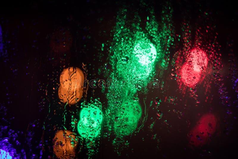Fundo borrado bonito através do vidro molhado foto de stock
