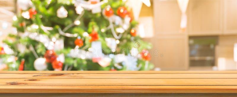 Fundo borrado da placa de madeira tampo da mesa vazio Tabela de madeira marrom da perspectiva sobre o fundo da árvore de Natal do imagem de stock