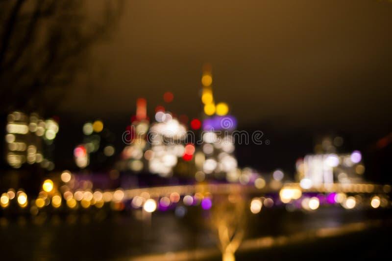 Fundo borrado da vista brilhante na cidade e no arranha-céus da noite imagem de stock royalty free