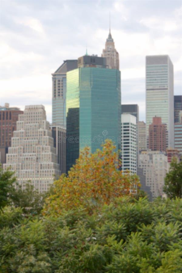 Fundo borrado de arranha-céus de Manhattan atrás das árvores foto de stock