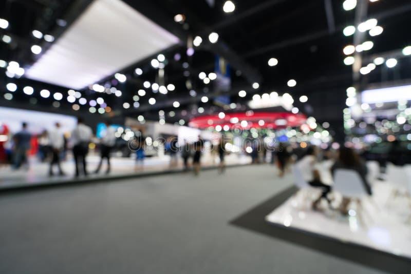 Fundo borrado, defocused do salão de exposição público do evento, conceito da feira profissional do negócio imagem de stock