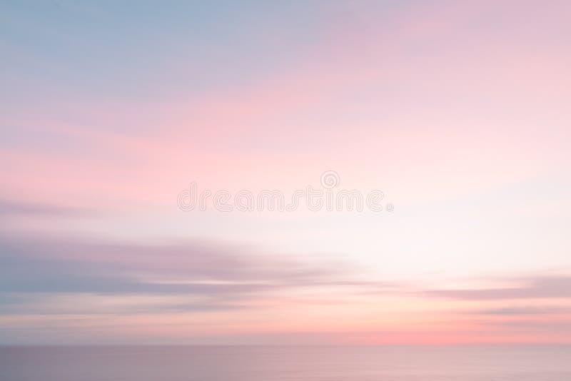 Fundo borrado do céu do nascer do sol e da natureza do oceano imagens de stock royalty free