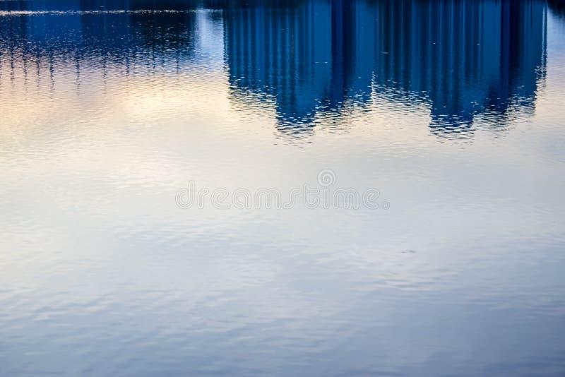 Fundo borrado do prédio de escritórios com o reflectio da água azul imagens de stock royalty free
