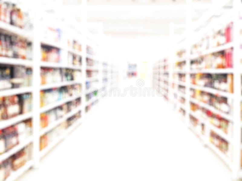 Fundo borrado loja Mercado borrado do álcool imagem de stock royalty free