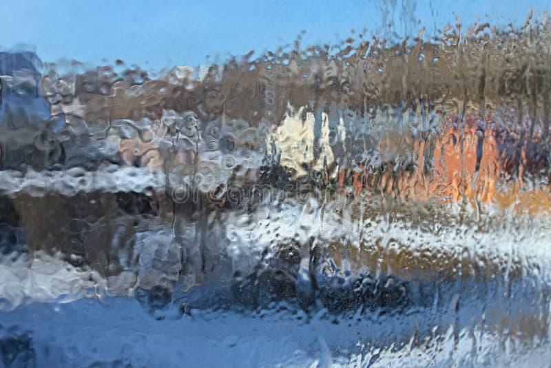 Fundo borrado: vidro congelado translúcido no inverno com quebras pequenas fotos de stock