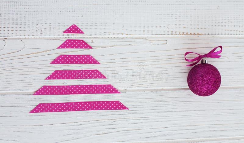 Fundo branco com uma árvore cor-de-rosa O conceito do Natal e imagem de stock