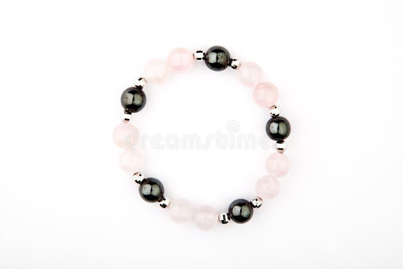 Fundo branco da pedra de prata do hematita de quartzo do rosa do bracelete imagens de stock royalty free