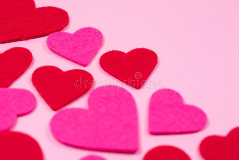 Fundo branco do dia de Valentim de Saint com as lareiras vermelhas e cor-de-rosa, opinião do close-up, espaço da cópia fotografia de stock