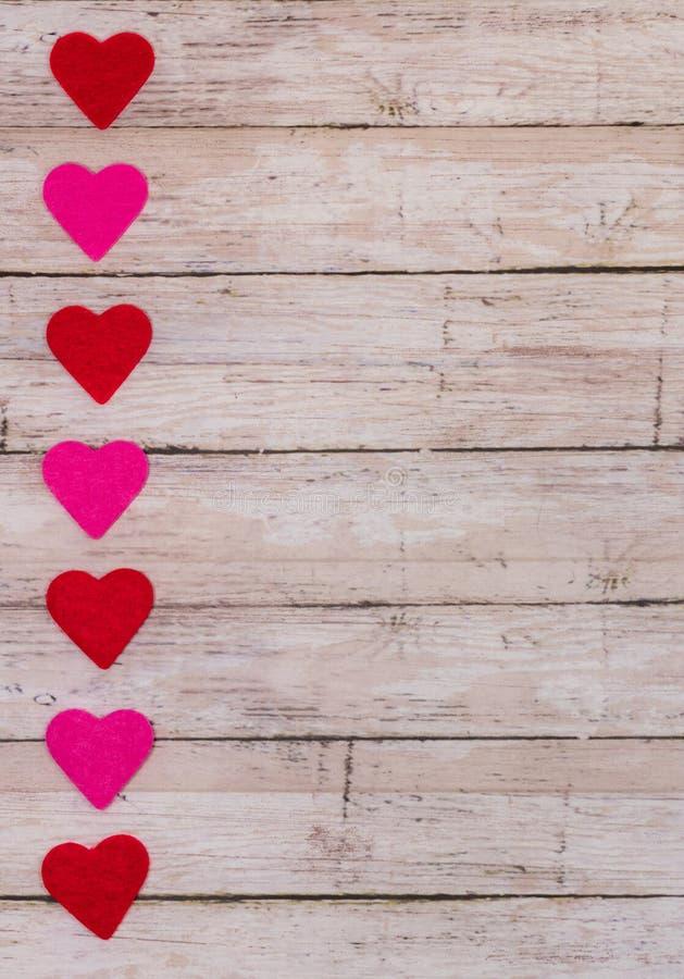 Fundo branco do dia de Valentim de Saint com corações vermelhos e cor-de-rosa, orientação vertical, formato de cartão, espaço da  fotografia de stock royalty free