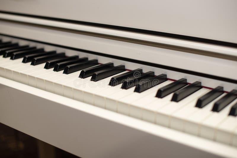 Fundo branco do teclado do piano da música fotos de stock royalty free