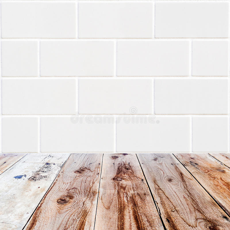 Fundo branco dos tijolos do retângulo e assoalho de madeira foto de stock