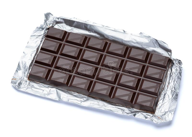 Fundo branco isolado escuro da barra de chocolate com trajeto de grampeamento fotos de stock