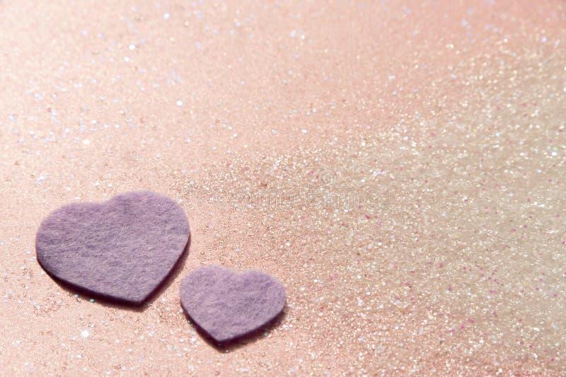 Fundo brilhante clássico do brilho do rosa pastel com corações roxos fotografia de stock royalty free