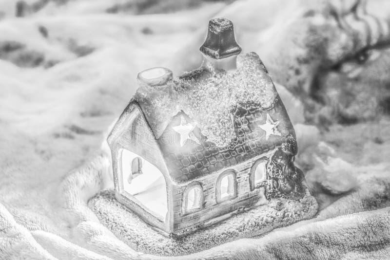 Fundo brilhante do Natal com a casa do castiçal do conto de fadas imagens de stock