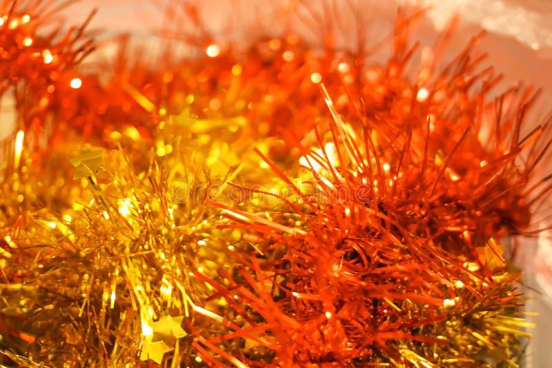 Fundo brilhante efervescente festivo com a quinquilharia decorativa do colorul do Natal foto de stock