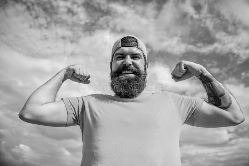 Fundo brutal muscular farpado do c?u do ar livre do moderno do homem Masculinidade e brutalidade Lumbersexual tattooed bem foto de stock