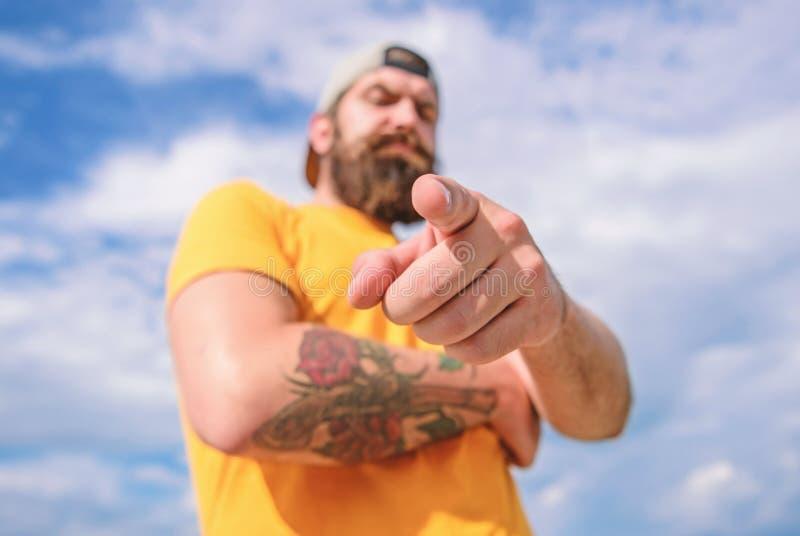 Fundo brutal muscular farpado do c?u do ar livre do moderno do homem Masculinidade e brutalidade Lumbersexual tattooed bem fotografia de stock