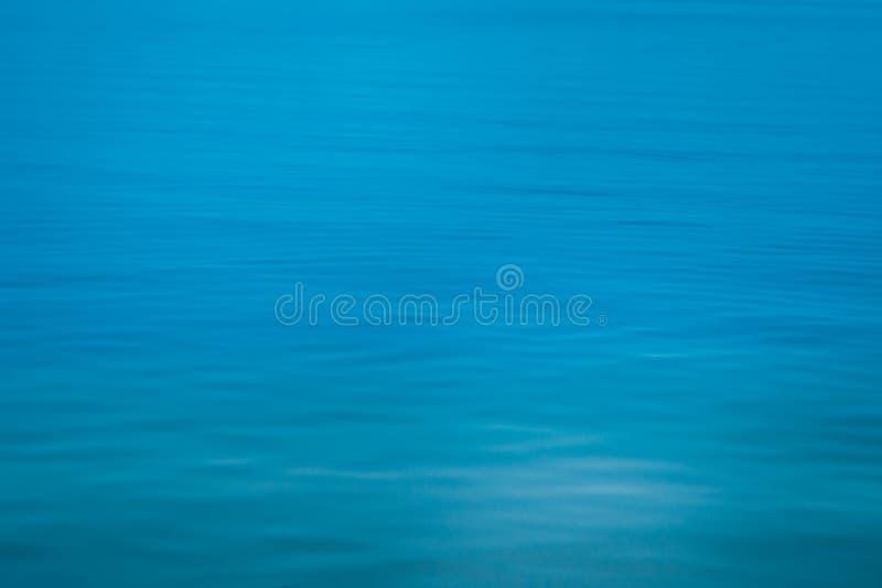 Fundo calmo da textura azul macia do mar do foco fotografia de stock royalty free
