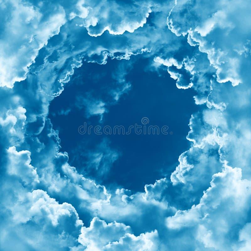 Fundo celestial do céu do conceito da religião Céu com as nuvens claras bonitas Céu de brilho divino Beira nebulosa, quadro redon imagens de stock