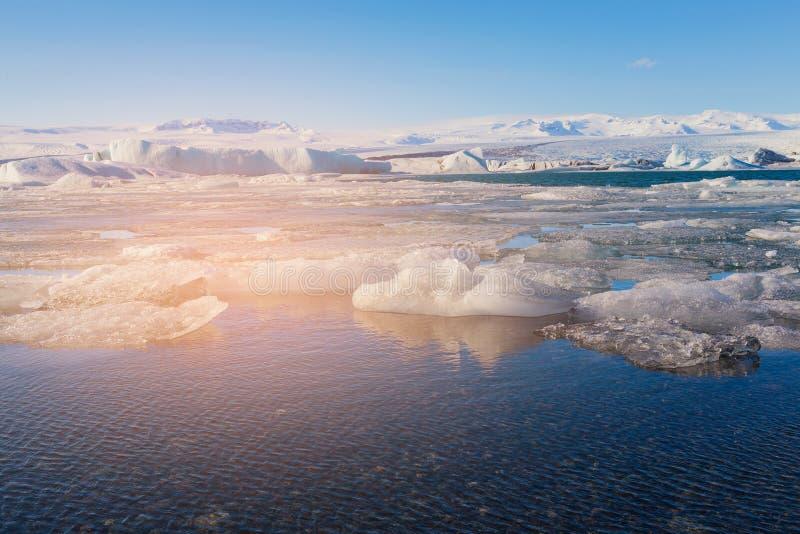 Fundo claro do céu azul sobre a lagoa de Jakulsaron durante a estação Islândia do inverno fotos de stock royalty free