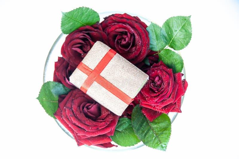 Fundo colocado liso, teste padrão de flor, rosas vermelhas de dia de Valentim e presentes com fitas imagem de stock royalty free