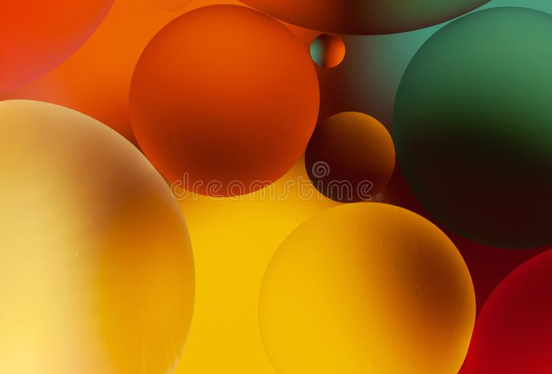 Fundo colorido abstrato com gotas do óleo na água, macro Conceito da ciência, da biologia e da biotecnologia fotos de stock