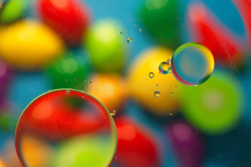 Fundo colorido ao misturar a água e o óleo imagem de stock royalty free