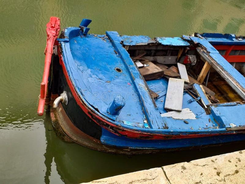 Fundo colorido barco Venetian particular, abandonado do transporte fotografia de stock