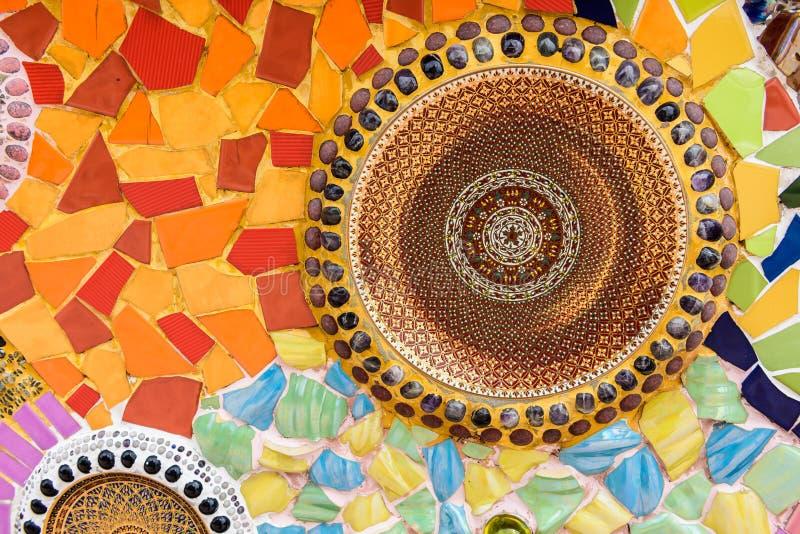 Fundo colorido cerâmica e de vitral da parede no phra t do wat foto de stock