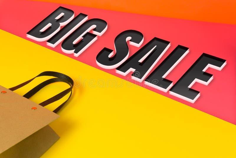 Fundo colorido com o ` grande da venda do ` da palavra com um saco de compras de papel fotos de stock