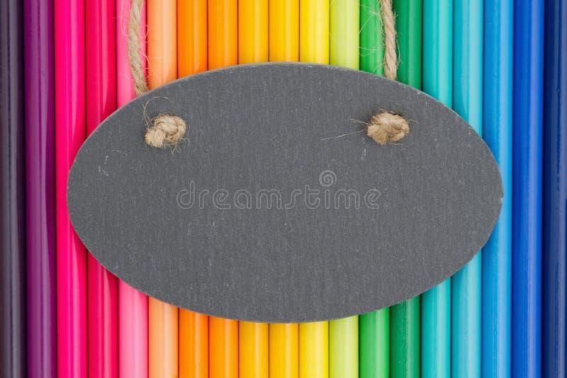 Fundo colorido da educação do pastel do lápis com um quadro fotos de stock