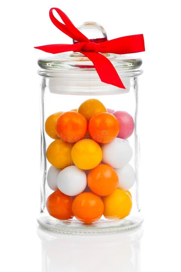 Fundo colorido de Gumballs sortido no frasco de vidro foto de stock royalty free