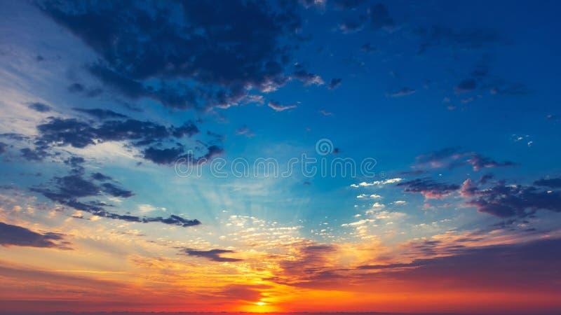 Fundo colorido do céu do nascer do sol foto de stock royalty free