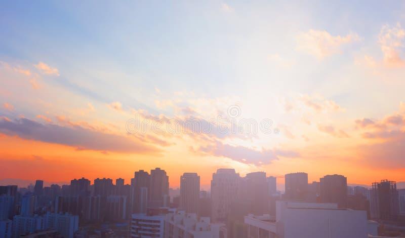 Fundo colorido do céu do por do sol da cidade fotografia de stock royalty free