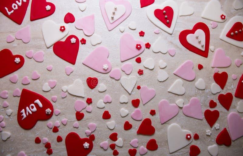 Fundo colorido do coração da decoração da pasta do açúcar foto de stock royalty free