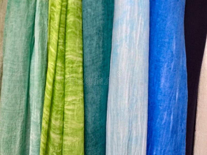 Fundo colorido scarves de suspensão de várias cores imagens de stock