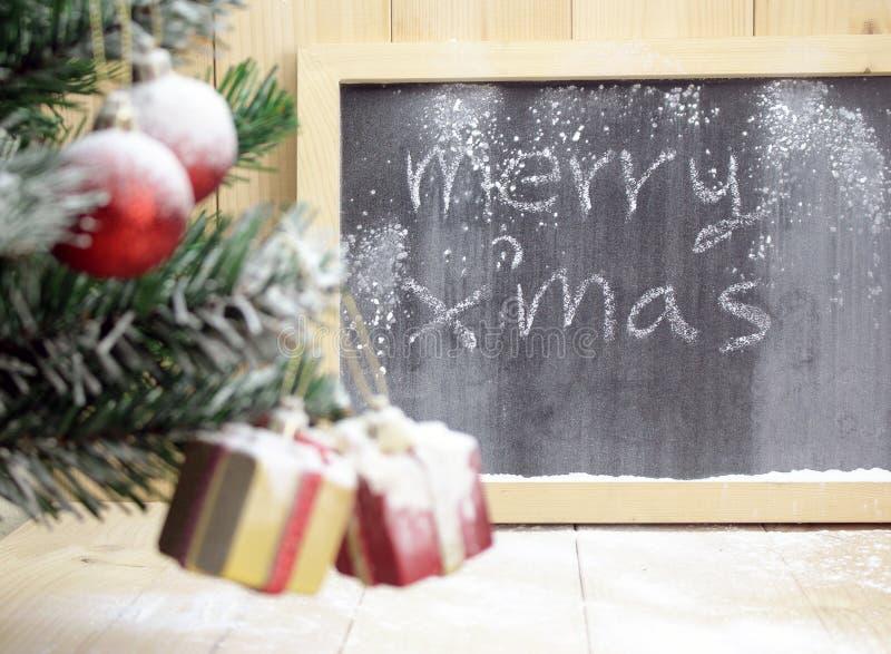 Fundo com árvore de Natal e caixas de presente bonitos com curvas imagem de stock