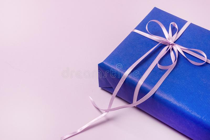 Fundo com as caixas de presente no papel de envolvimento azul com as fitas que encontram-se em presentes lisos horizontais de uma imagem de stock
