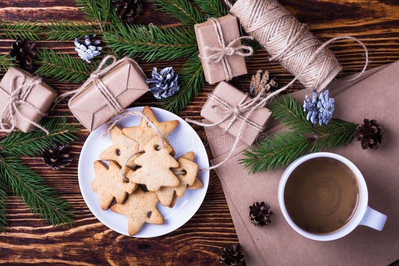 Fundo com as cookies caseiros do Natal, copo do feriado do Xmas de fotografia de stock royalty free
