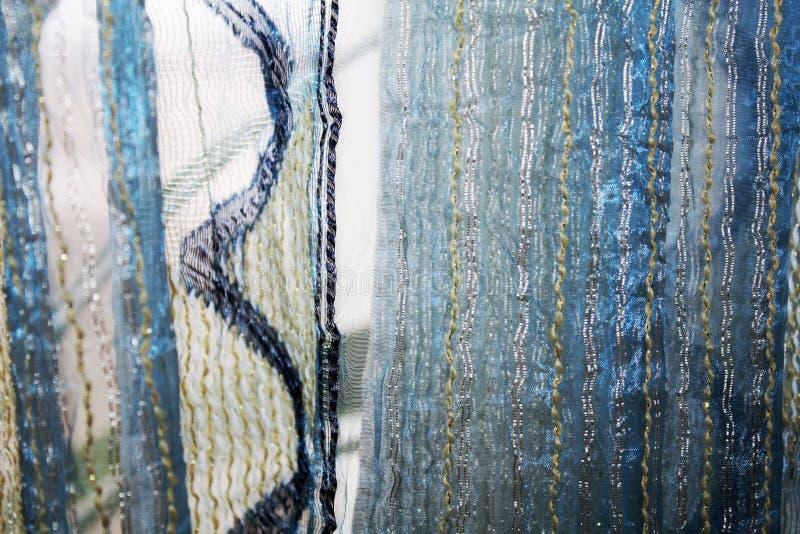Fundo com as cortinas azuis de matéria têxtil fotos de stock royalty free