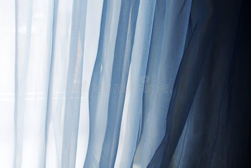 Fundo com as cortinas azuis de matéria têxtil imagem de stock royalty free