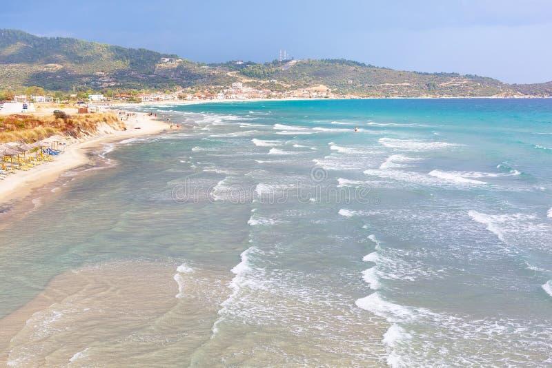 Fundo com as ondas de água do mar de turquesa, Grécia do Sandy Beach foto de stock royalty free