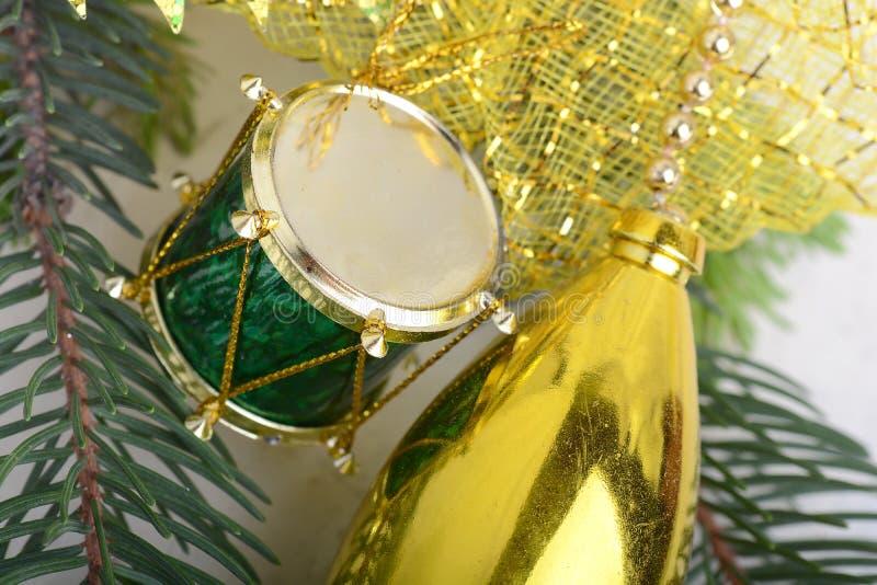Fundo com cilindros, ramo do Natal de árvore verde da véspera, ano novo dourado imagens de stock royalty free