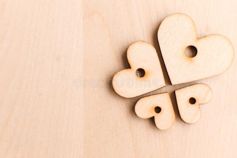 Fundo com corações de madeira fotografia de stock