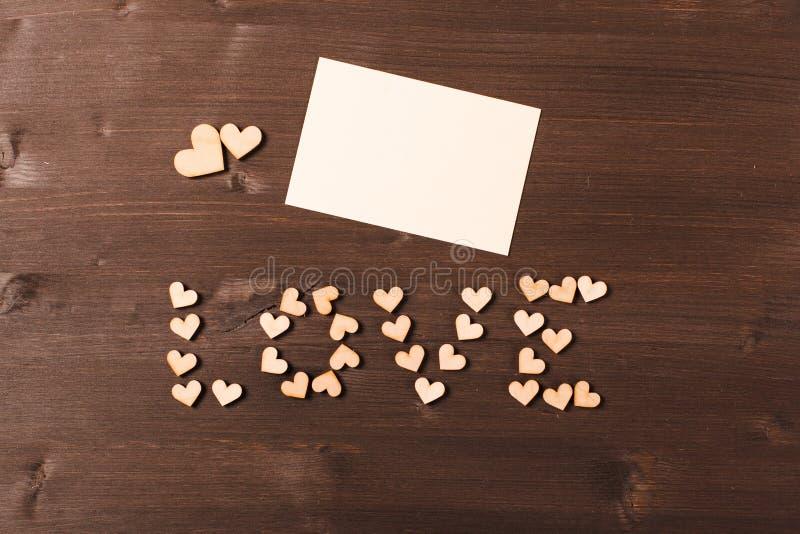 Fundo com corações de madeira foto de stock
